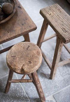 I love little old rustic stools like this - the perfect way to add a little warmth to white decor ......