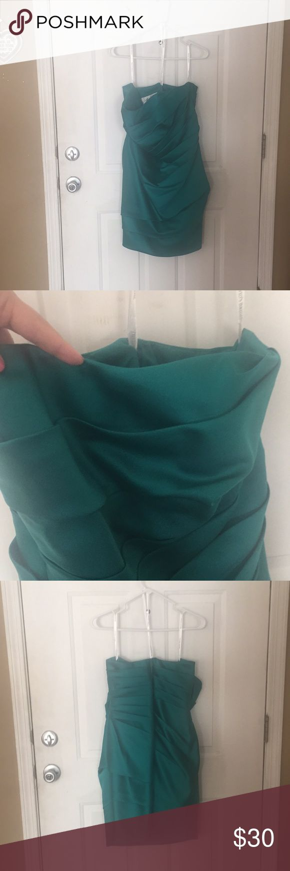 Tube top dress Used once Davids Bridal dress. Sweetheart neck line with zipper back. Still in great shape been in my closet for awhile now. The color is in the emerald green family. I love summer weddings. David's Bridal Dresses Strapless