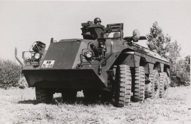 DAF YP 408 PWI-S-Gr voor het vervoer van infanteristen onder pantser. De twee voorste wielasssen zijn bestuurbaar. Begin jaren 90 uitgefaseerd.