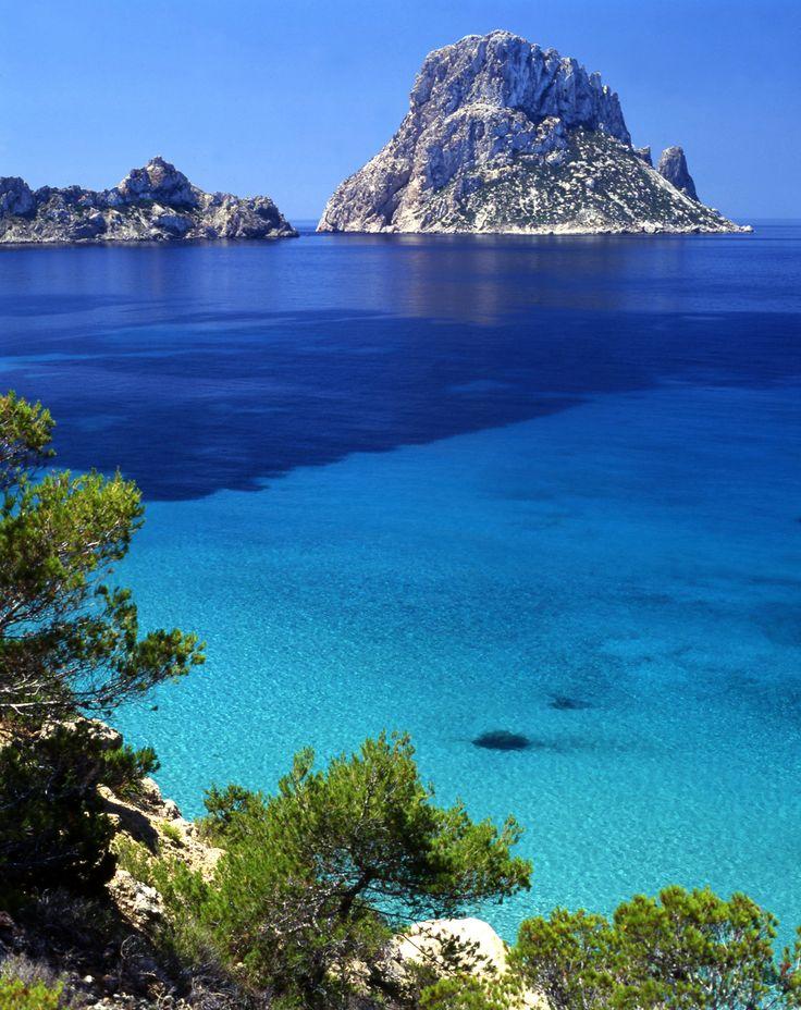 IBIZA. ESPAÑA. Cuando pienso sobre España no imaginélo con playas y el mar. Pero hay un parte que tiene playas maravillosa y el agua es claro