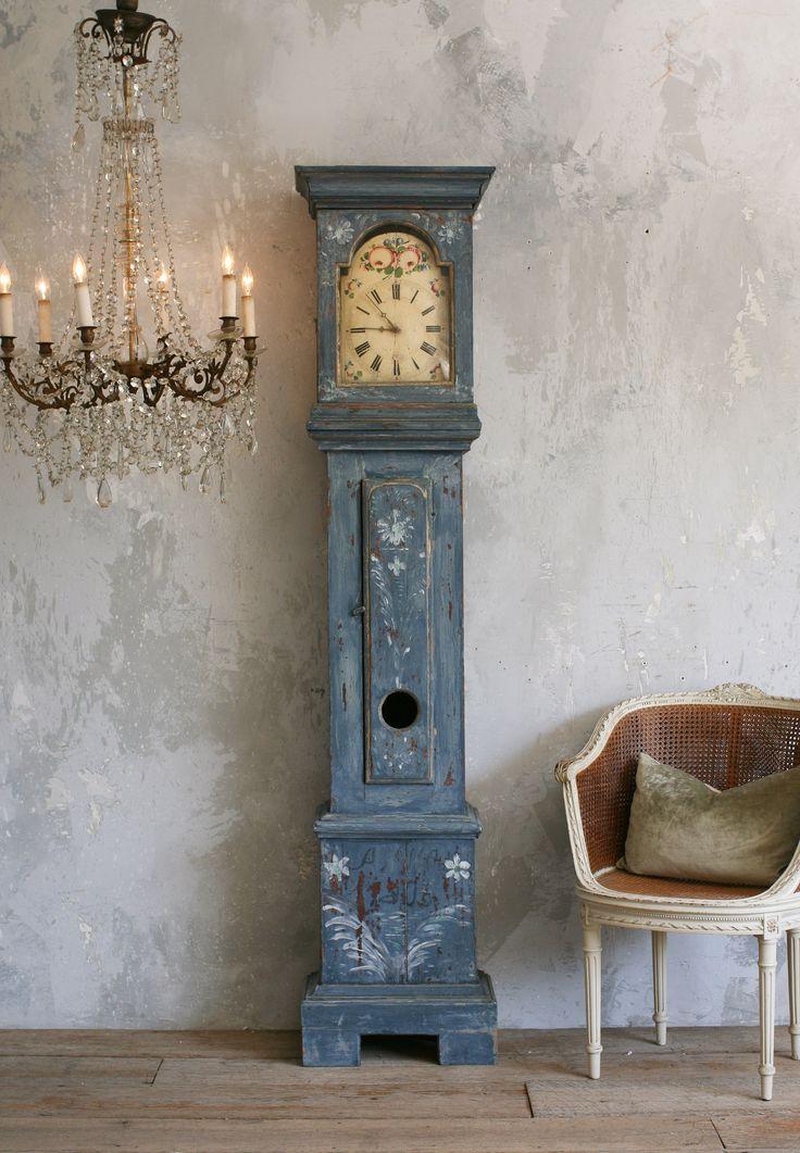 Shabby chic done well. Nice grandfather's clock and lovely paint effect on the walls | Estilo rústico bem feito. Bom relógio antigo e fantástico efeito da pintura nas paredes