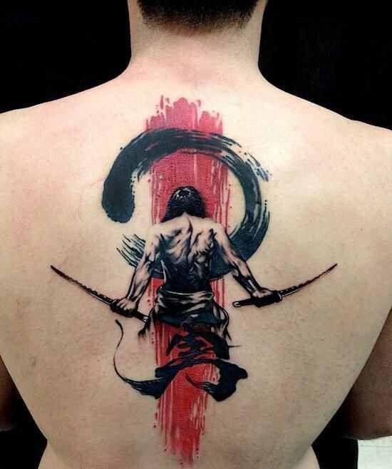 Tatuagem masculina asiática de samurai nas costas.