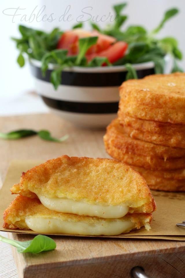 Mozzarella in carrozza a modo mio, senza mozzarella. Ma con il cuore di formaggio filante, racchiuso in un abbraccio di morbido pan carré, provate anche voi