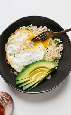 Tazón de arroz integral con un huevo frito y aguacate. | 20 Recetas de cenas saludables que puedes hacer en 20 minutos