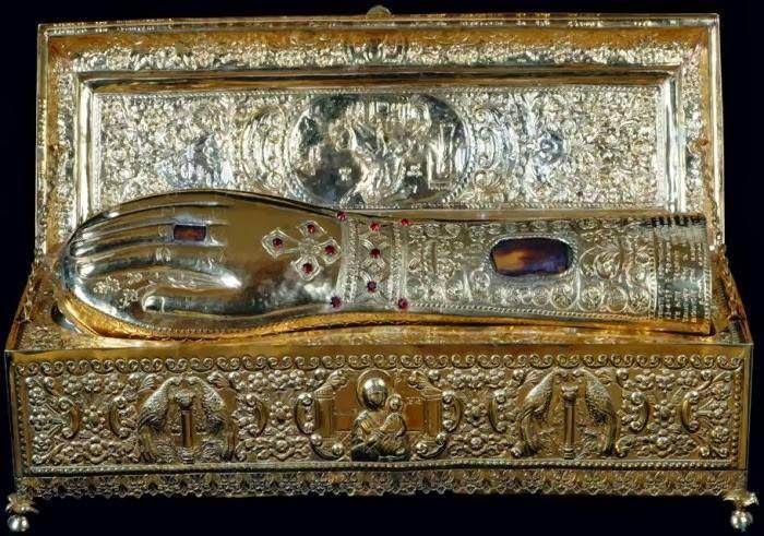 Λείψανο της δεξιάς χείρας του Αγίου Γεωργίου στην Ιερά Μονή Ξενοφώντος Αγίου Όρους-The holy relic (the right hand) of the St. George in Xenophontos Monastery