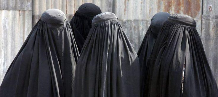 Islamofobia Maroko larang produksi burka  RABAT (Arrahmah.com) - Setelah Jerman dan Perancis satu lagi negeri sedang memerangi burqa. Kali ini budaya bukan lagi konteks yang melatarbelakangi pelarangan tersebut. Pelarangan ini diberlakukan di Maroko dimana mayoritas penduduknya adalah Muslim dan Islam merupakan agama resmi Quartz melaporkan pada Rabu (11/1/2017).  Langkah ini yang dimulai 9 Januari di Casablanca di mana seorang pejabat penegak hukum mengunjungi workshop pembuatan burqa dan…
