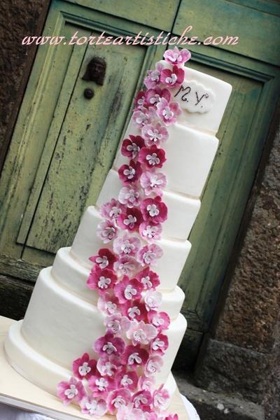 Torta nuziale con cascata di orchidee