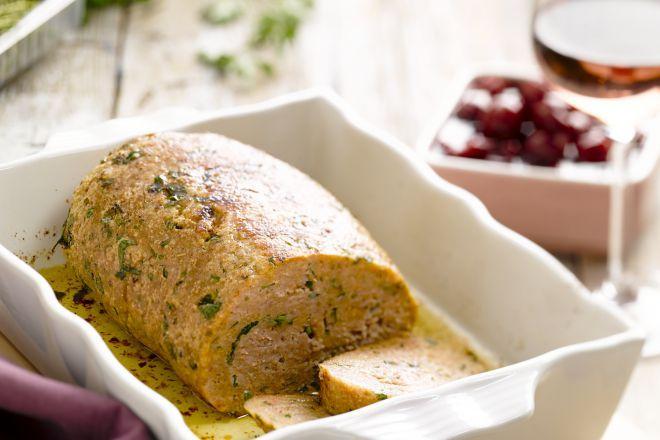 Een echte Vlaamse klassieker, gehaktbrood met kriekjes. Overheerlijk als het pas uit de oven komt, met warme kriekjes erbij, maar ook even lekker de volgende dag koud, met een boterham met mosterd erbij.