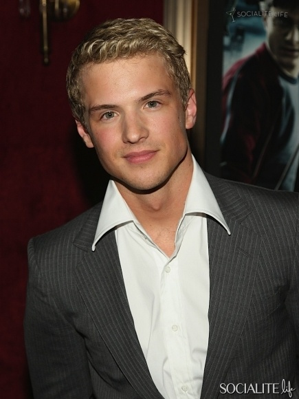 Freddie Stroma.... he's the radio station DJ guy on Pitch Perfect