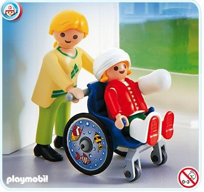 playmobil vrouw+kind met gips voor hoofd,been&hand+rolstoel