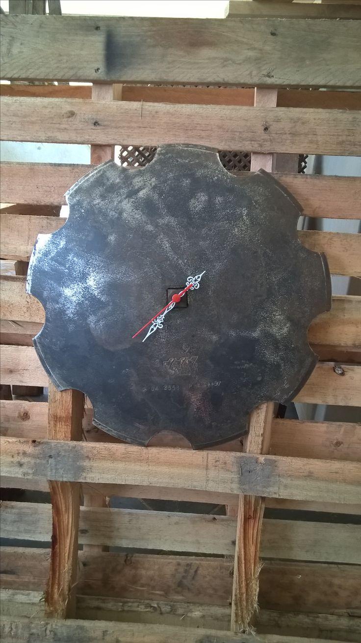 Relógio de parede feito com disco de arado