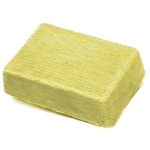Notre recette pour réaliser un shampooing solide maison fortifiant, riche en huile de coco, protéine de riz et huile essentielle de romarin.