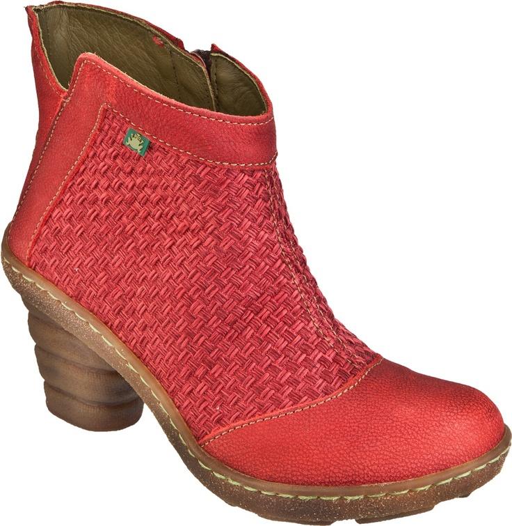 El Naturalistan N775 DOME-nilkkuri saatavana punaisena, ruskeana ja beigenä.