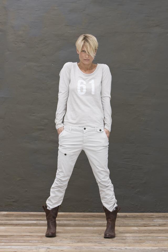 pantalon blanc, chandail sport