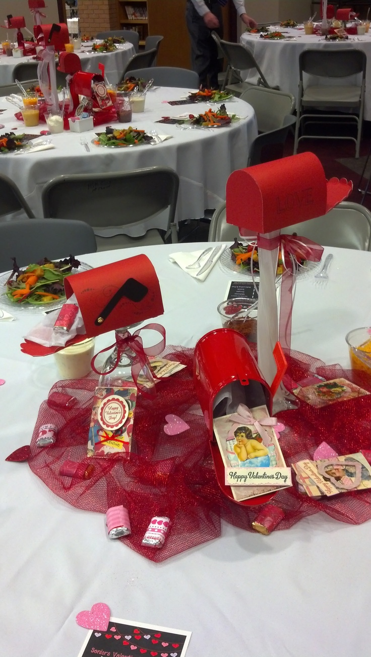 Valentine table decorations pinterest - Paper Mailboxes Courtesy Of Cricut And Old Fashioned Valentine Cards Made Sweet Centerpieces For