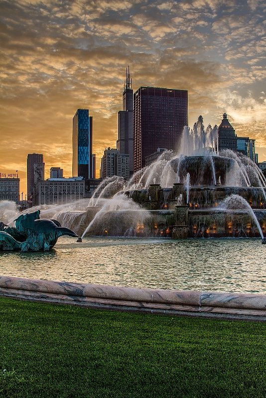 Sunset Fountain, Buckingham Fountain in Chicago, @ Sunset