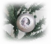Brocante kerstbal, victoriaanse afb. met kant.