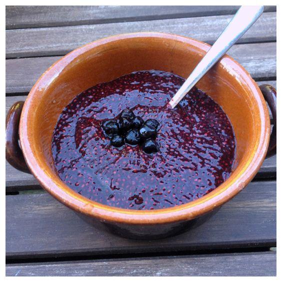 En frukost eller mellanmåls-kräm/gröt som inte kunde vara bättre för magen! Den här svala raw-food krämen/gröten gör du enkelt på blåbär och antingen chiafrön eller linfrön. När man blötlägger chia...