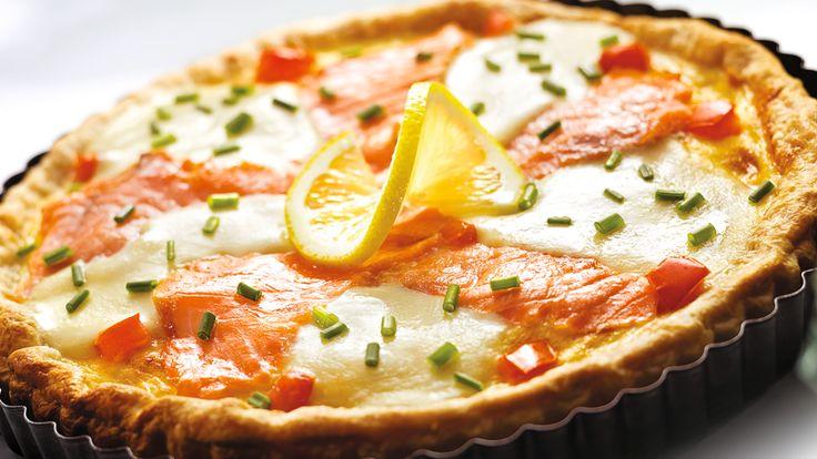 Szybka tarta z łososiem, mozzarellą i pomidorami