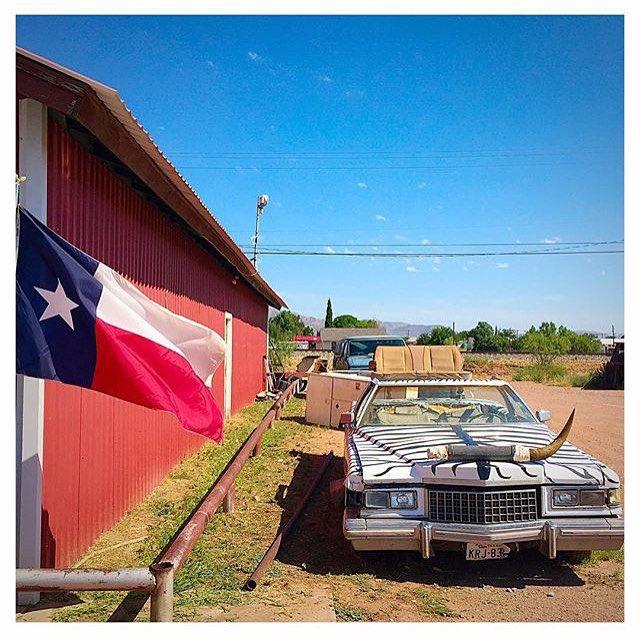 Je suis Texan et alors?  Sur la route. Un road trip à travers l'Amérique de Dallas à San Francisco avec le photographe français @ericdemarcq qui nous fait partager chaque jour une image de sa balade américaine. Aujourd'hui Marfa cette petite ville perdue de l'ouest devenue depuis quelques années un repère d'artistes #summer15 #roadtrip #usa #texas #vanhorn by parismatch_magazine