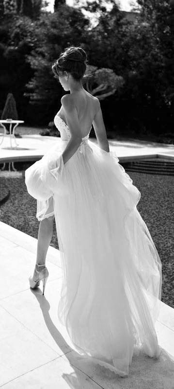 Gorgeous wedding dress-I want a pic like this!!