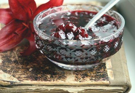 Силт — шведское варенье Удивительный рецепт, просто непревзойденный по простоте. При этом ягоды не развариваются, а великолепно сохраняют форму, цвет и аромат. Его технология приготовления позволяет сохранить витамины, цвет ягод, и придает желирующую текстуру. Силт можно готовить из любых ягод: малина, клюква, брусника, смородина, крыжовник и другие А еще его можно варить, как из свежих ягод, так и из замороженных, что позволяет наслаждаться им круглогодично, не загромождая квартиру банками.