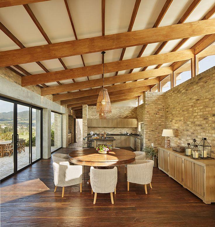 A partir de un diseño sencillo y lineal, esta casa se inserta en un ambiente privilegiado, rodeada del verde intenso de la sabana de Bogotá.