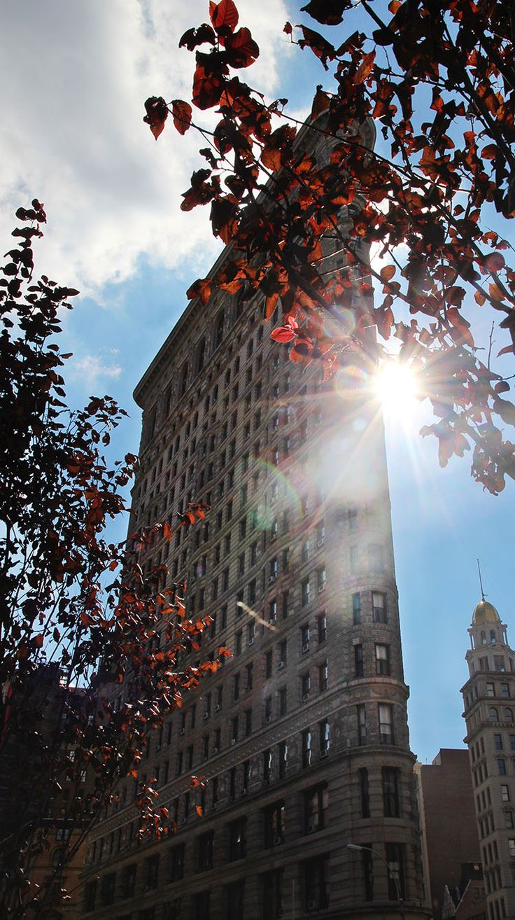 Flatiron Building in Fall / Click through to find out where to find the best photo spots in NYC! / A Globe Well Travelled