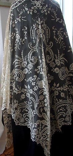 Maria Niforos - Fine Antique Lace, Linens & Textiles : Antique Lace # LA-249 Circa 1860, Fine Brussels Lace Triangular Lace Shawl