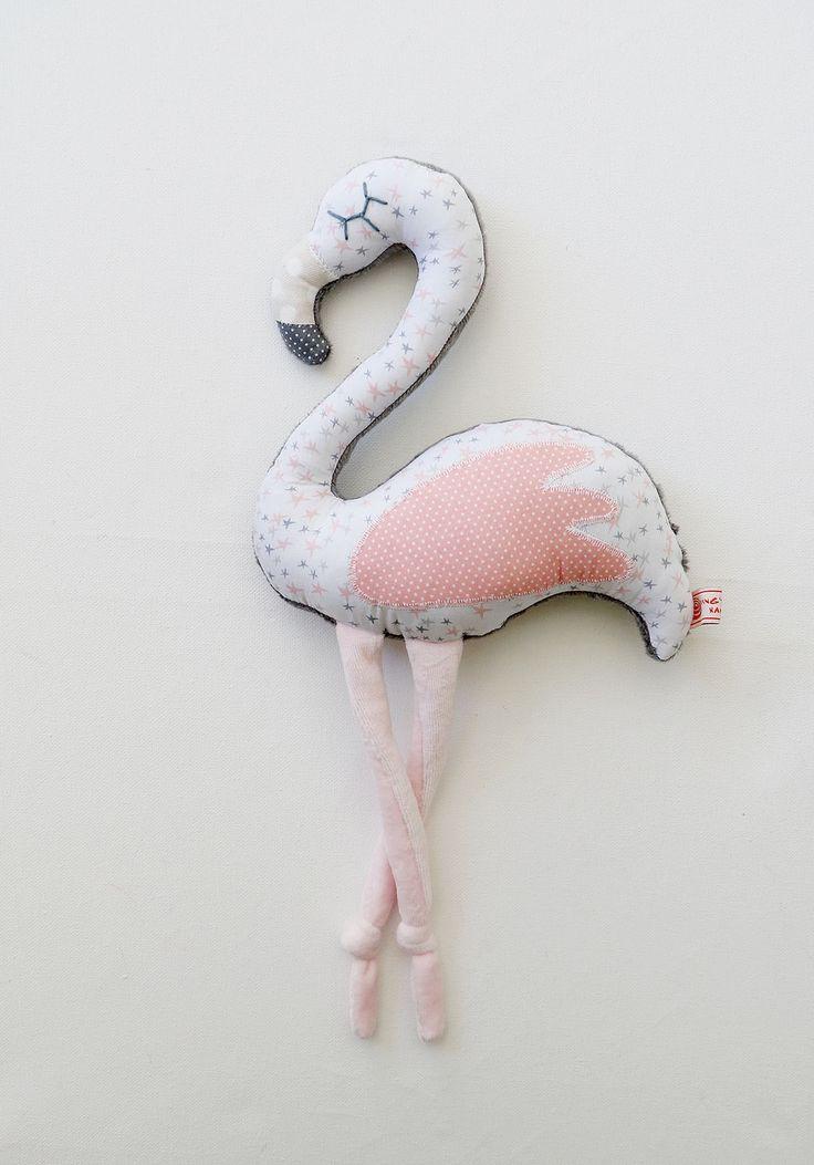 Peluche doudou flamingo ou flamant rose taile M tons rose blanc gris et bleu à motifs graphiques étoiles et pois