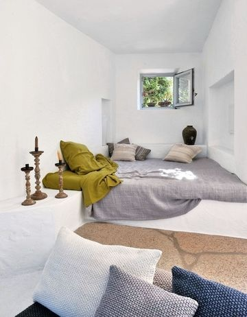 Cute day bed/reading spot with lovely linen and a touch of color. Lots of my favorite elements there. Would like perhaps a spot like this in the living room.
