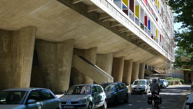 """unite d'habitation w Marsylii - przykład ciężkiej brutalistycznej bryły """"podwieszonej w powietrzu"""" przy pomocy słupów"""
