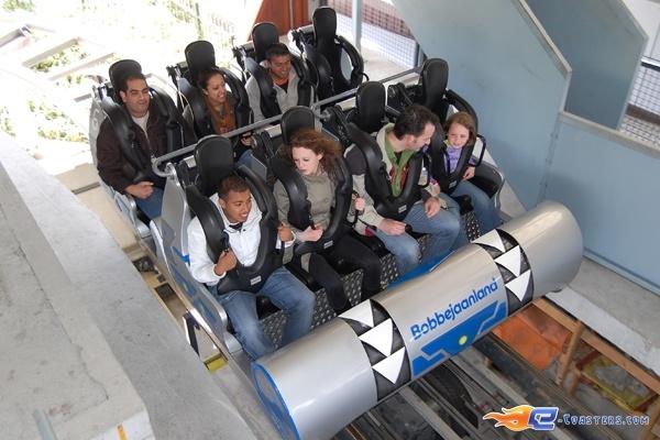 2/15 | Photo du Roller Coaster Typhoon situé à Bobbejaanland (Belgique). Plus d'information sur notre site http://www.e-coasters.com !! Tous les meilleurs Parcs d'Attractions sur un seul site web !! Découvrez également notre vidéo embarquée à cette adresse : http://youtu.be/nOJ7D-vC67w