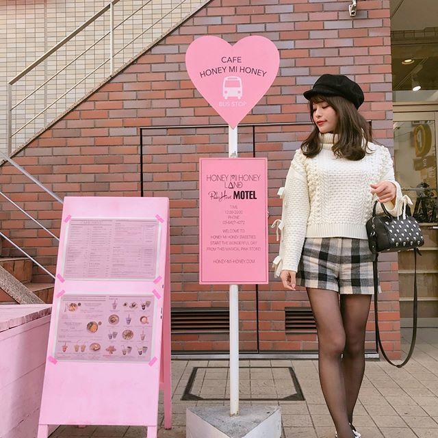 . . 今日はハニーの展示会へ行ってきた⁽⁽ଘ( ˊᵕˋ )ଓ⁾⁾❤️❤️ . 今回も可愛かったな〜〜 . . そんな今日のコーデ💌 . . knit♡#deicy pants♡#bannerbarrett sneaker♡#miumiu casquette♡#ca4la bag♡#saintlaurent . . なんだかんだここで写真撮るの初めて! 🐣🍒 . . honey stationかわいい💋 . . #coodinate#outfit#ootd#harajuku#honeymihoney #原宿#原宿カフェ#フォトジェニック#冬コーデ#今日のコーデ#みいきコーデ#デイシー#バナーバレット#ミュウミュウ#ピンクカフェ#キャスケット#帽子#スニーカーコーデ#スニーカー#サンローラン#カシラ#ハニーミーハニー#展示会