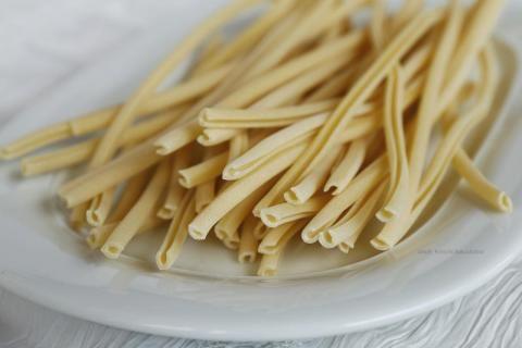 """Maccheroni al ferretto Jelentése: """"kötőtű tészta""""  Származási hely: Szicília (és Calabria)  Átlagos mérete: Változó (ez éppen 220mm hosszú és 5mm vastag)  Másnéven: Maccarrones de Busa, Maccarrones a ferritu (Hagyományosan bárány és sertéshúsból készített ragukhoz használták, de gyakran főzték levesbe is betétként. Bármilyen robosztus, paradicsomos szósszal megállja a helyét.)"""