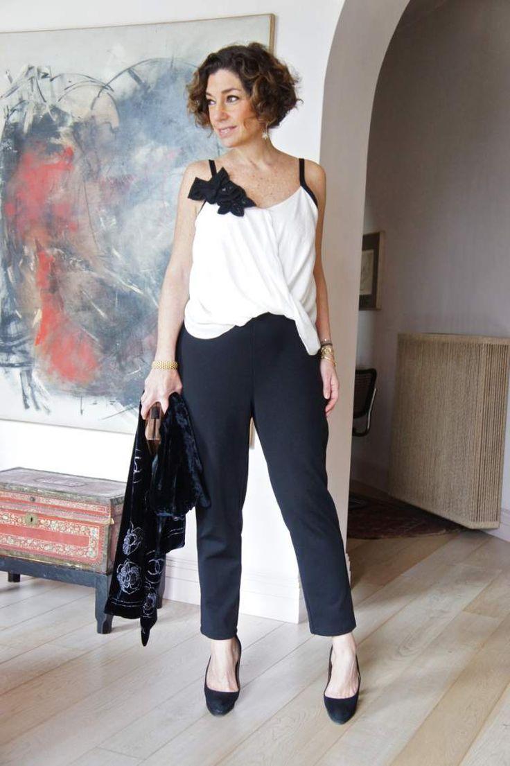 mulher usando broche na roupa