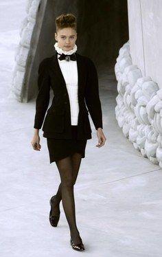 Chanel FS 2008, Schwarzer Blazer mit weißer Halskrause - Fashion Shows: Haute-Couture Frühling Sommer 2008 - Wir lieben die weiße Halskrause, die mit ihrer schwarzen Schleife das Gesicht betont.