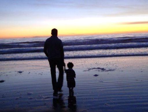 """Un hombre vino a casa tarde del trabajo, cansado e irritado, y encontró a su hijo de 5 años esperando en la puerta. – ¿Papá, puedo hacerte una pregunta? Sí, ¿cuál es?"""" contestó el hombre. – ¿Papá, ..."""