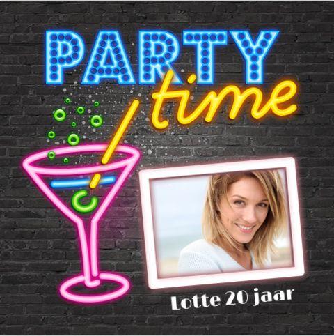 Unieke enkele uitnodiging voor bijvoorbeeld je 20ste verjaardag? Met verschillende neon cocktail glazen en lichtbak letters op een stoere stenen muur. Alles is geheel zelf aan te passen. Enveloppen zijn los bij te bestellen.