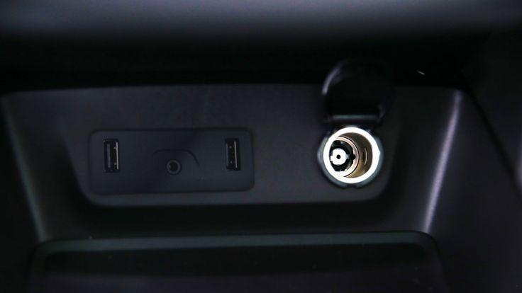 La double prise USB est réservée aux passagers avant pour la recharge des téléphones.