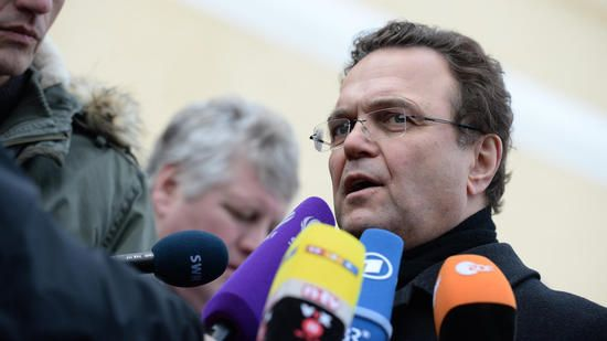 Unions-Vizefraktionschef Hans-Peter Friedrich (CSU, r) warnt vor einer einseitigen Darstellung der Flüchtlingsproblematik. Quelle: dpa