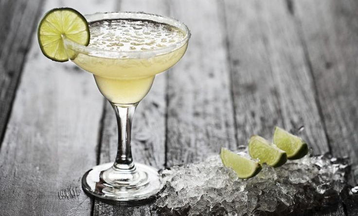 La coctelería no es tan difícil como parece. Para demostrar lo que te estoy diciendo, te quiero enseñar a preparar algunos cócteles que puedes hacer en tu casa.¡Ven y disfrútalos!1. Gin TonicIngredientes1 medida de gin1 medida de agua tónica4 rebanadas de pepinoEl jugo de un limónHieloPreparaciónLlena un vaso