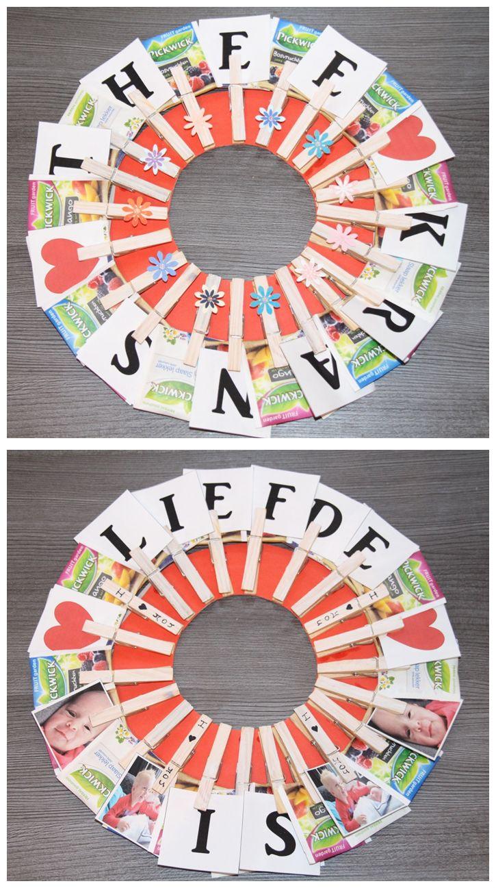 Theetijd! Dé theekrans voor theeleuten. Leuk om te geven als cadeau, stop dan b.v. geld in de theezakjes. Of voor Moederdag / Vaderdag met de tekst 'Liefde is..' en wat leuke foto's van de kids. Eenvoudig zelf te maken: verf de knijpers, knip een kartonnen cirkel en plak de knijpers er op vast. Je kunt er ook nog een lint aanmaken. #diy #theekrans #cadeau #creakidz #knutselen #kado