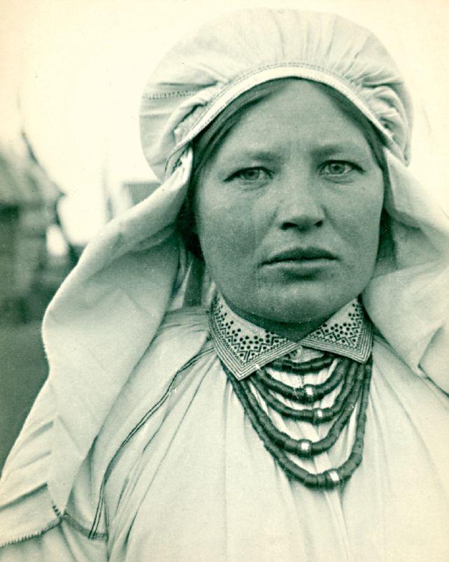"""A married woman from Różaniec village in the Biłgoraj region, photo by J.Świeży, 1934, Lublin Museum. Source: Elżbieta Piskorz-Branekova: """"Tradycyjne stroje i zdobienia z okolic Biłgoraja i Tarnogrodu"""", 2013 [available online]"""