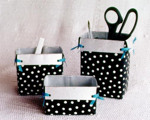 caixa de leite + tesoura + papel ou tecido + cola + criatividade para fazer novas caixas ou porta trecos.