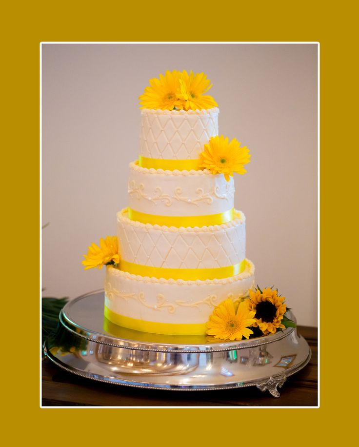 Hochzeitstorte vierstöckig in Gelb-Weiß mit gelben Blumen