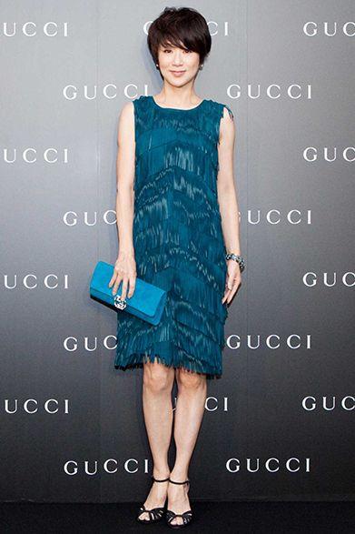 落ち着きのあるターコイズブルーのドレスを纏った黒田知永子さん。同系色で合わせ たクラッチバッグの配色も注目 ©Courtesy of Gucci