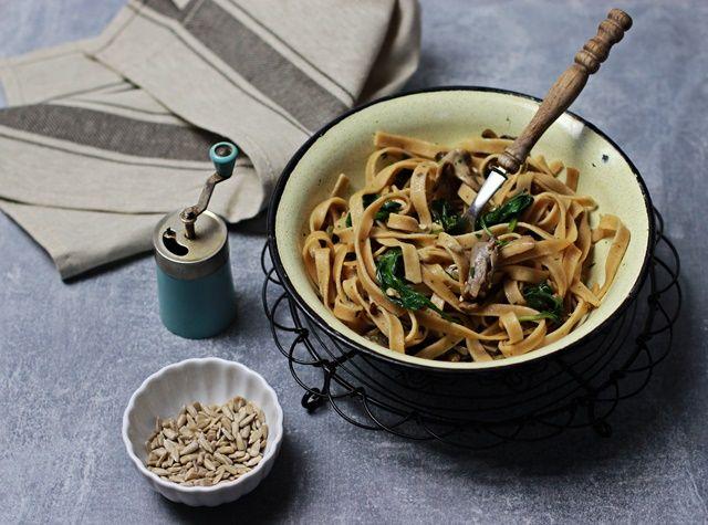 Makaron z pieczarkami, szpinakiem i soczewicą - pyszny i zdrowy obiad, który przygotujesz w 15 minut! Wegański, sycący, idealny na początek wiosny :-)