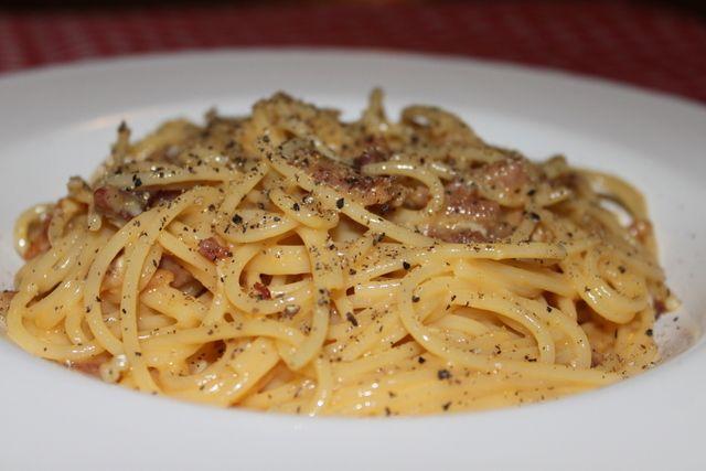 – o Carbonara não precisa de creme de leite, o molho é resultado dos ovos e da água do cozimento da massa. –  o Carbonara só leva ovo+pimenta+porco.  – O carbonara deve ser comido imediatamente, se não vira ovos mexidos – Na Itália o carbonara é feito com guancciale um toucinho feito a partir da bochecha/papada do porco de sabor bem mais suave do que bacon, por exemplo. Mas vale pancetta. – Os queijos usados são o Pecorino Romano e o Parmigiano-Reggiano.