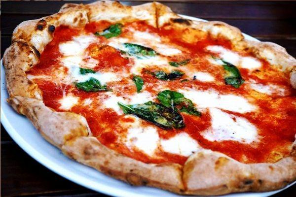 De+pizza+margarita+is+genoemd+naar+Margaretha+van+Savoye,+die+koningin+was+van+Italië+aan+het+eind+van+de+achttiende+eeuw.+Naar+verluid+beviel+deze+variant+met+beleg+in+de+kleuren+van+de+Italiaanse+vlag+(rode+tomaten,+witte+mozzarella+en+groene+basilicumblaadjes)+haar+zo+goed,+dat+zij+de+maker+ervan+een+bedankbrief+schreef.+Hij+heeft+het+gerecht+vervolgens+naar+haar+genoemd.+Voor+het+maken+van+de+bodem+kun+je+bij+de+deegrecepten+op+onze+site+kijken.